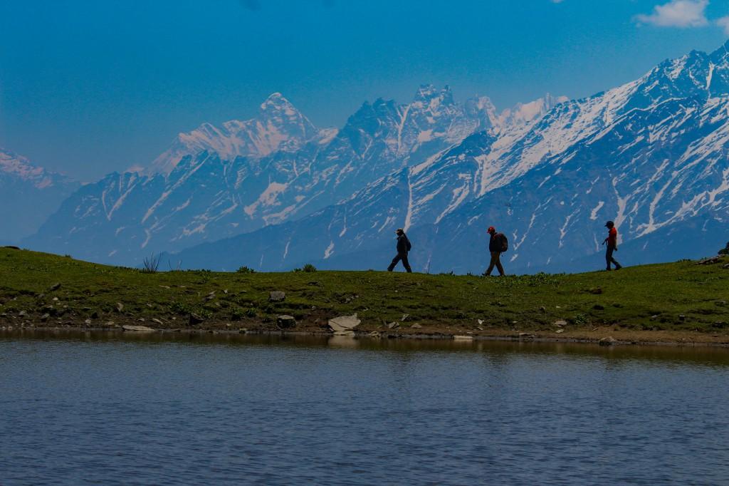Trekkers crossing the Tali Lake - Pangarchulla Peak